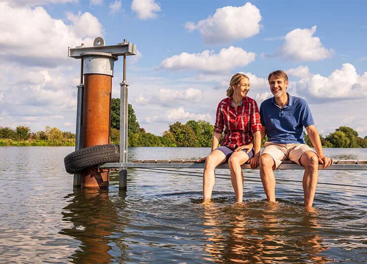 Leute im Urlaub am Wasser